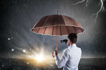 crisis economica: Hombre de negocios confía en un futuro mejor que sale de la crisis financiera y económica