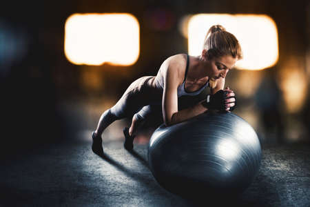 Workout avec ballon de fitness Banque d'images - 74477474