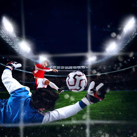 ゴールキーパーは、スタジアムでボールをキャッチします。