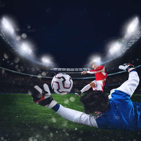 arquero de futbol: El portero coge el balón en el estadio