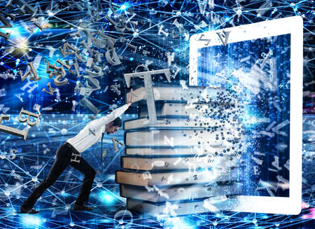 Lectura de libros con E-book e internet Foto de archivo - 77215278