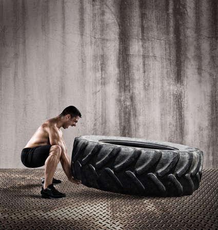empujando: Entrenamiento con un neumático grande Foto de archivo