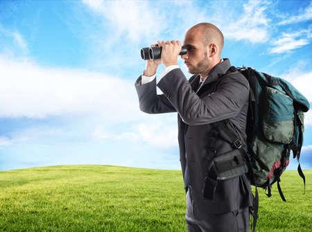 Geschäftsmann auf der Suche nach neuen Unternehmen Standard-Bild - 79022473