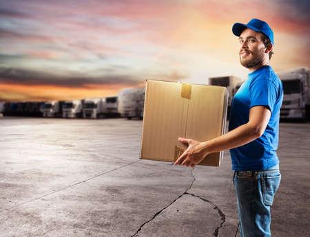 voyage: Courrier prêt à livrer des colis avec camion