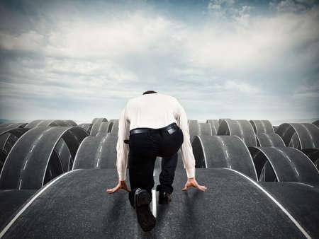 ビジネスマンは複雑で複数の道路を開始する準備ができています。定量、混乱し、意思決定の概念
