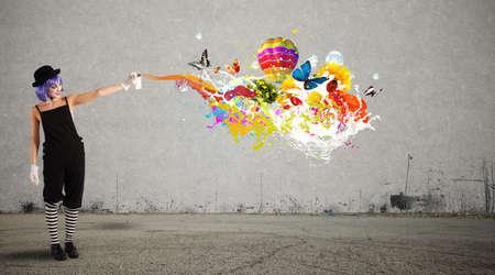 Vrouwelijke clown met gekleurde spray