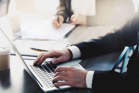 Zakenman werkt met een laptop in kantoor