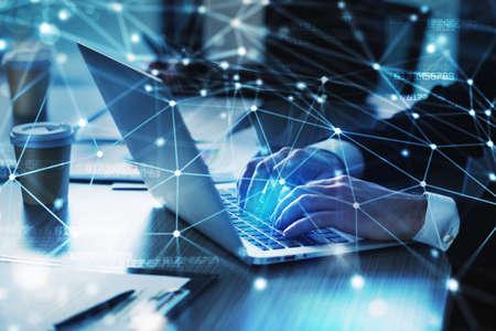Hombre trabajando en una computadora portátil en la oficina. Concepto de intercambio e interconexión de internet.