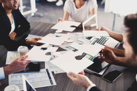 Team van zakenlieden werken samen voor één doel. Concept van eenheid en partnerschap Stockfoto - 81802438