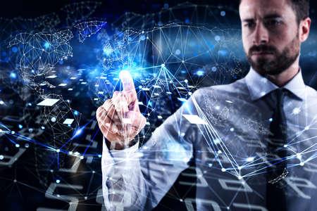 L'homme se connecte au monde global. Concept d'interconnexion, internet et réseau Banque d'images