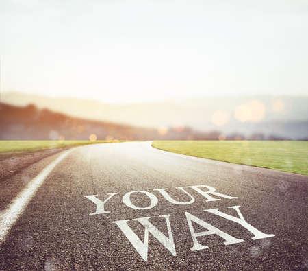 Weg met je manier om op het asfalt te schrijven met de voorkant van de zon Stockfoto