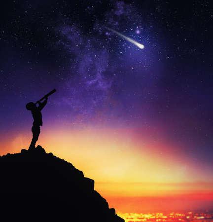 아이는 별이 빛나는 하늘을 망원경으로 관찰합니다.