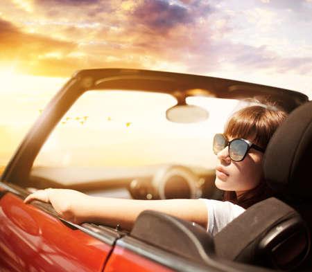 Jonge vrouw in cabriolet auto dichtbij zee Stockfoto - 82823831