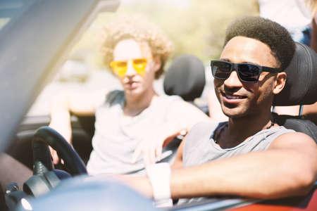 Jonge vrienden in de cabriolet auto klaar om te vakantie Stockfoto