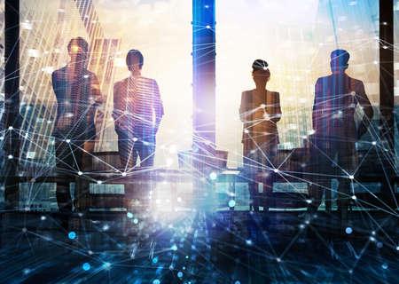 Groep zakenpartner op zoek naar de toekomst met netwerk digitaal effect Stockfoto