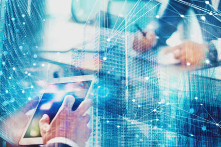 近代的なオフィスに実業家はインターネットのネットワークに接続されています。パートナーシップやチームワークの概念