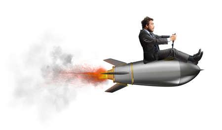 ロケットの上を飛んでの実業家。会社のスタートアップの概念 写真素材