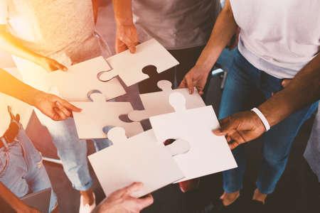 Team van zakenlieden werken samen voor één doel. Concept van eenheid en partnerschap Stockfoto