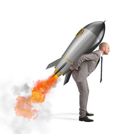 白い背景に分離されたロケットを保持する決意と力の実業家