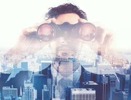 双眼鏡で未来を探しているビジネスマン 写真素材