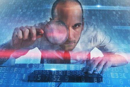ビジネスマンは、コンピューターのバックドア アクセスを発見しました。インター ネット セキュリティの概念 写真素材
