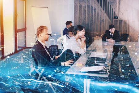 Femme d'affaires en bureau avec effet de réseau. concept de partenariat et travail d'équipe Banque d'images - 85615839