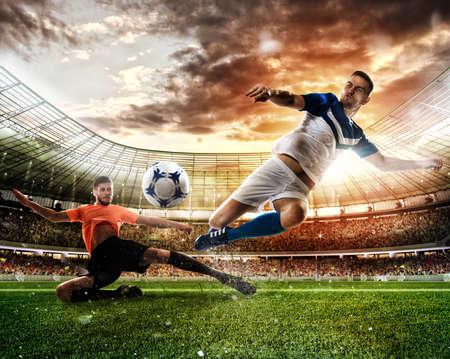Scena di calcio con i giocatori di calcio in competizione allo stadio