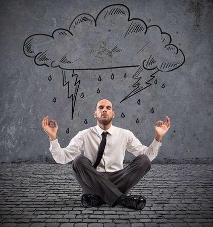 비오는 구름 아래 사업가 요가 연습
