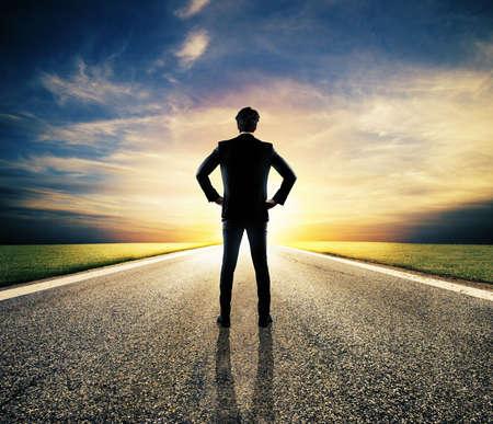 Empresario camina en un camino desconocido para una nueva aventura