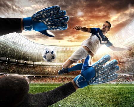 El portero coge el balón en el estadio Foto de archivo - 86541003