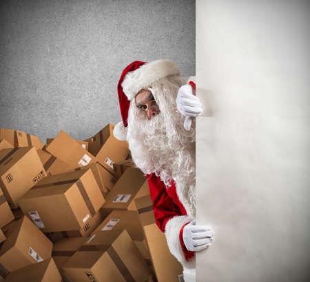 サンタ クロースのクリスマス プレゼント パッケージの多くを提供する準備ができて