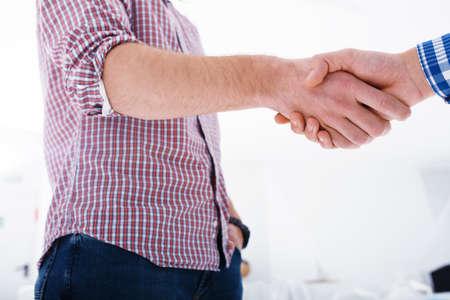 Handenschudden bedrijfspersoon op kantoor. concept van teamwork en zakelijk partnerschap