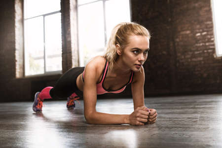 Blonde girl working out at a gym Stockfoto
