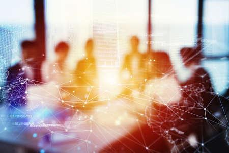 ネットワーク効果が付いているオフィスのビジネスマンのシルエット。パートナーシップやチームワークの概念 写真素材