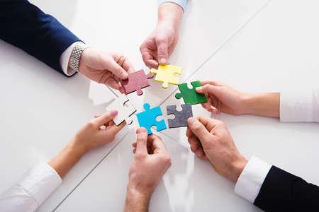 파트너의 팀웍. 퍼즐 조각과 통합 및 시작 개념