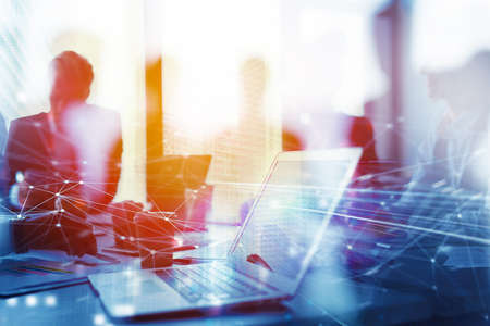 El trabajo en equipo funciona con una computadora portátil. Concepto de intercambio e interconexión de internet. exposición doble