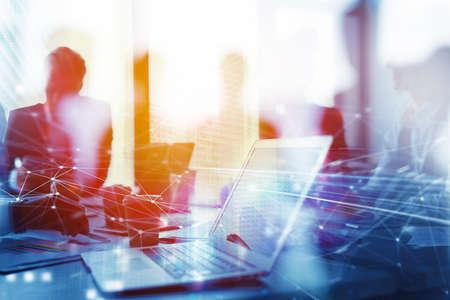 Praca zespołowa działa z laptopem. Pojęcie udostępniania i wzajemnego połączenia z Internetem. podwójna ekspozycja