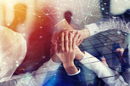Hombres de negocios que unen las manos en la oficina con efecto de la red. Concepto de trabajo en equipo y colaboración. Exposicion doble Foto de archivo - 89255645