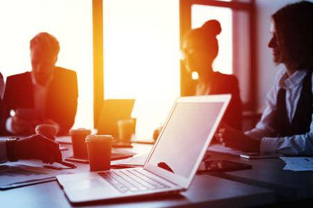 Laptop in einem Büro mit Wirtschaftlern. Konzept der Internetfreigabe und -verbindung Standard-Bild - 89255652