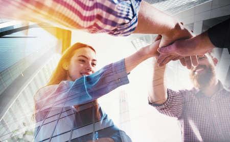 Gente de negocios juntando sus manos. Concepto de trabajo en equipo y asociación Foto de archivo - 89663256