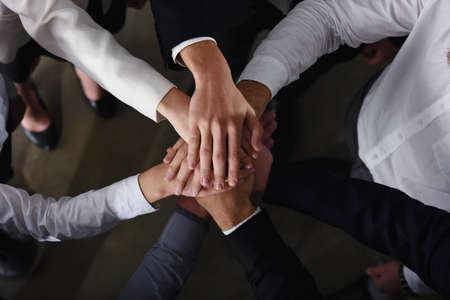 Gens d'affaires joignant les mains dans le bureau. concept de travail d'équipe et de partenariat
