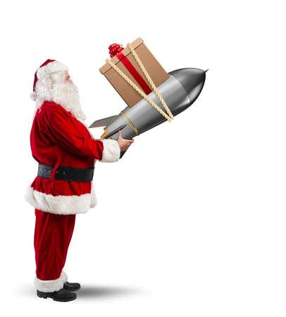 크리스마스 선물의 빠른 배달. 산타 클로스가 로켓 발사 준비 완료 스톡 콘텐츠