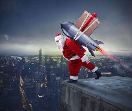 generosidad: Entrega rápida de regalos de Navidad. Santa Claus listo para volar con un cohete Foto de archivo
