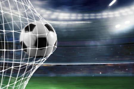 Il pallone da calcio segna un gol in rete Archivio Fotografico - 90083748