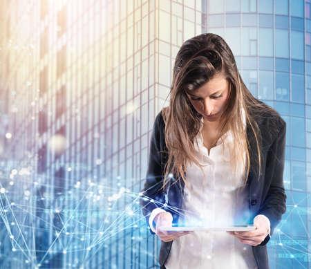 Geschäftsfrau im Büro schloss an Internet-Netz mit einer Tablette an