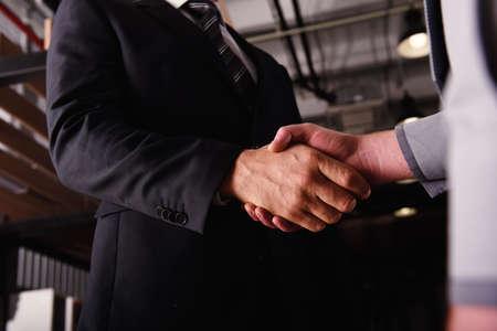 Händeschüttelngeschäftsperson im Büro. Konzept der Teamarbeit und Partnerschaft