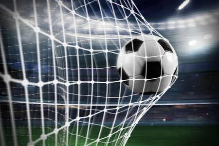 Voetbalbal scoort een doelpunt op het net Stockfoto - 90144549