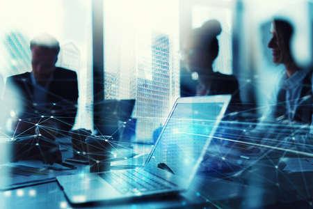 Teamarbeit funktioniert mit einem Laptop. Konzept der Internet-Sharing und Interconnection. Doppelbelichtung