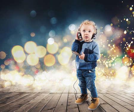 Kind hört Musik