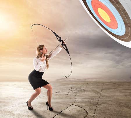 Geschäftsfraupunkt zum Erfolg im Geschäft mit Pfeil Standard-Bild